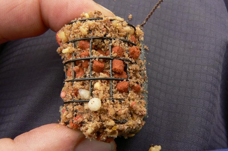 грузкормушка, наполненная кормом